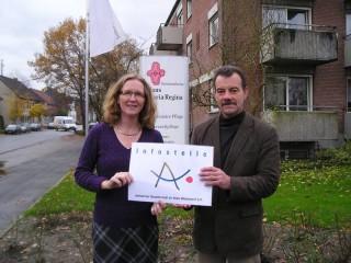Fr. Knecht u. H. KAmps mit dem Logo der Alzheimerstiftung