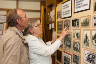 Interessiert sehen sich Besucher und Bewohner die Ausstellung an. Foto: Benedikt Brüggenthies/Die Glocke