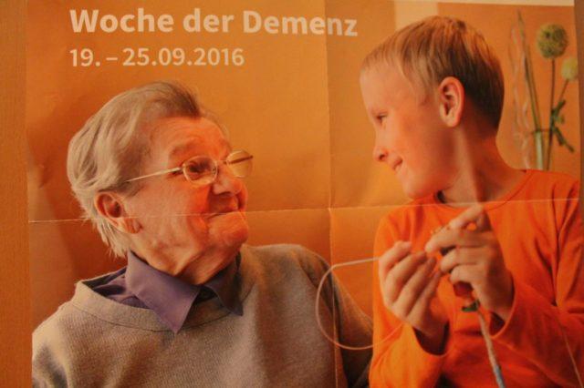 Plakat der Alzheimergesellschaft- zum Thema Jung und Alt bewegt die Welt