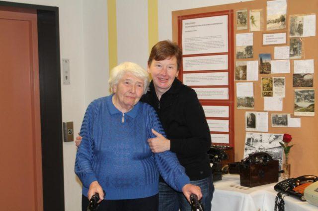 Frau Mathilde Kötting (links) mit ihrer Nichte Karin Kötting